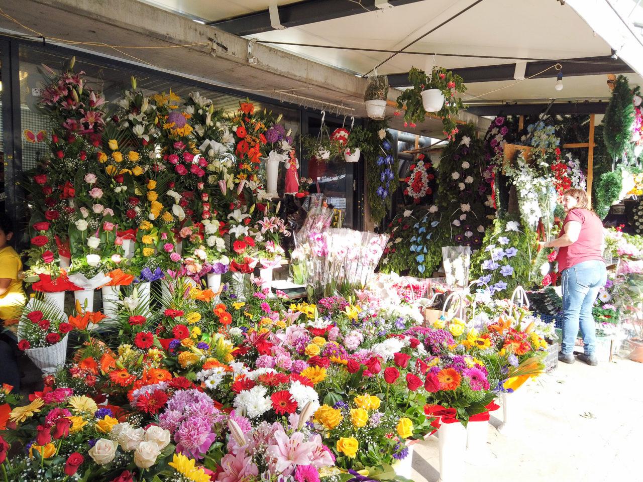 Blumengestecke auf dem Markt