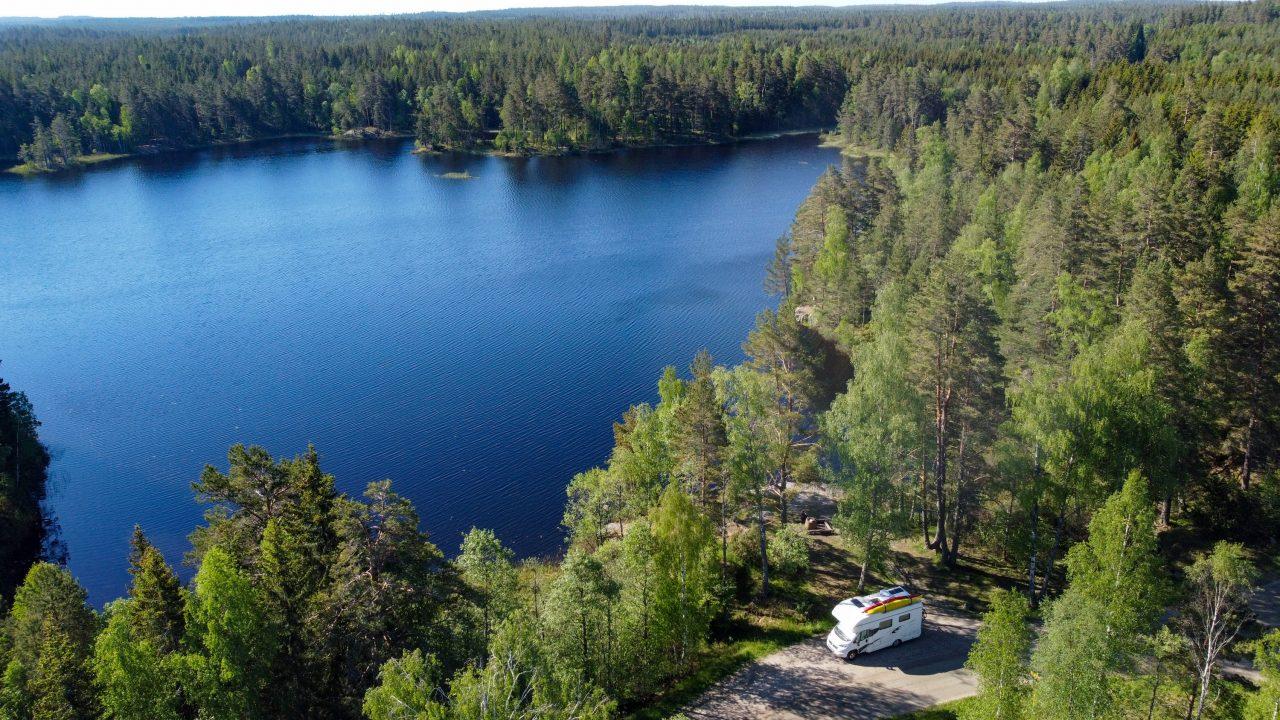 Mitten im Wald findet sich oft ein See