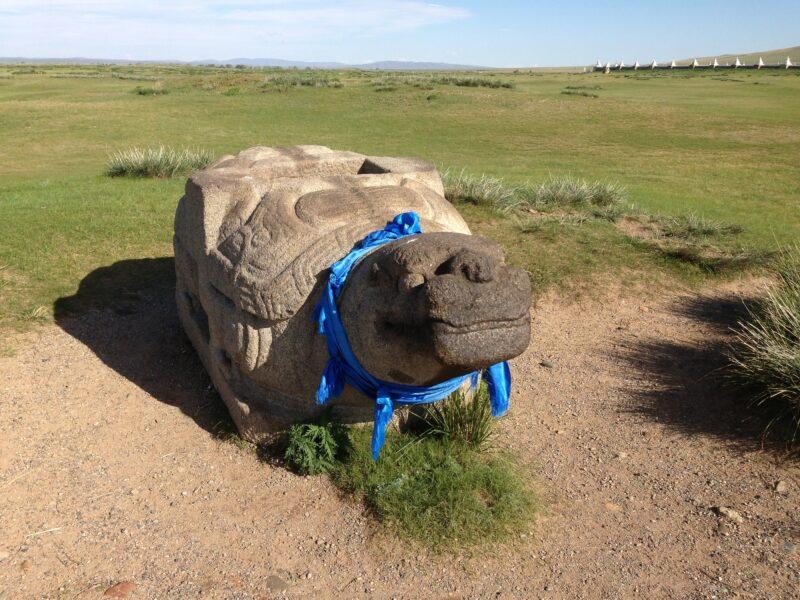 Ruinenstätte Karakorum mit ihrem Wahrzeichen, der Schildkröte aus Stein (c) Ethno Mongol